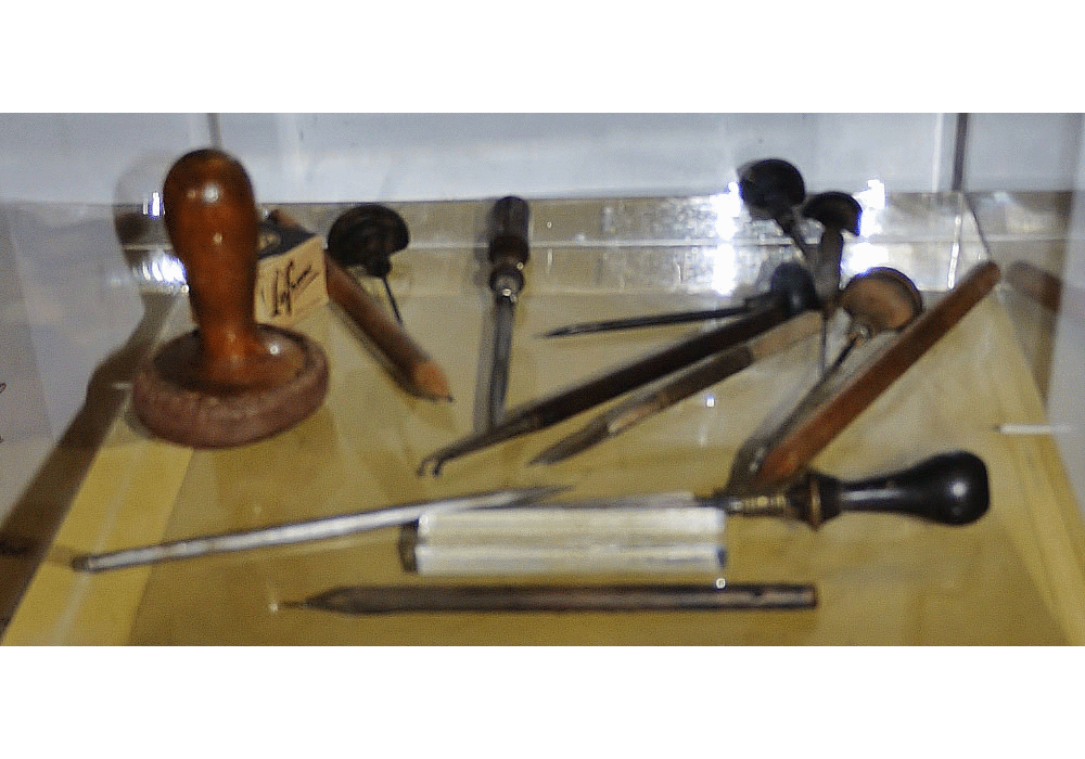 Tools for engraving, engraver's chisels, scrapers, drypoint tools, wheel, burnisher, hammer and compass